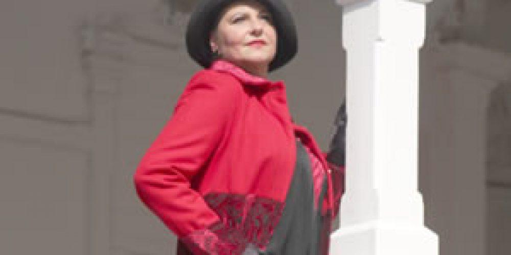 Červený volánový kabát skrajkou (20.léta)