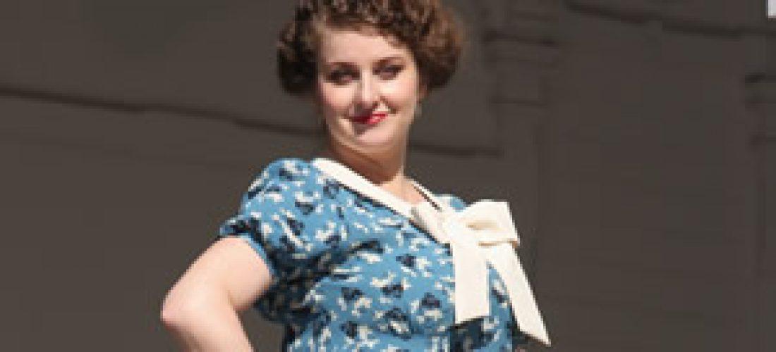 Modré květované šaty sbéžovou mašlí (40.léta)